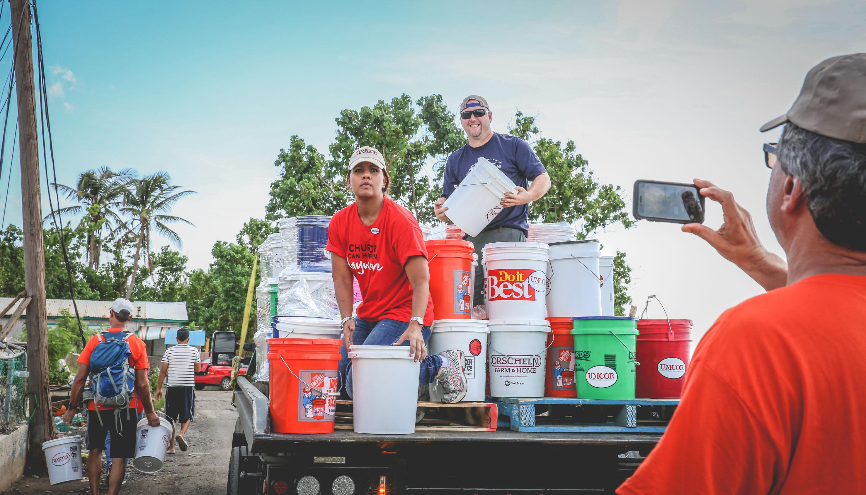Glorymar Rivera, misionera de Ministerios Globales en Puerto Rico, ayuda a descargar los baldes siguiendo el huracán Maria, despues de haber destruido mucho de la isla. FOTO: MISAEL D. RODRÍGUEZ QUIJANO/IGLESIA METODISTA DE PUERTO RICO