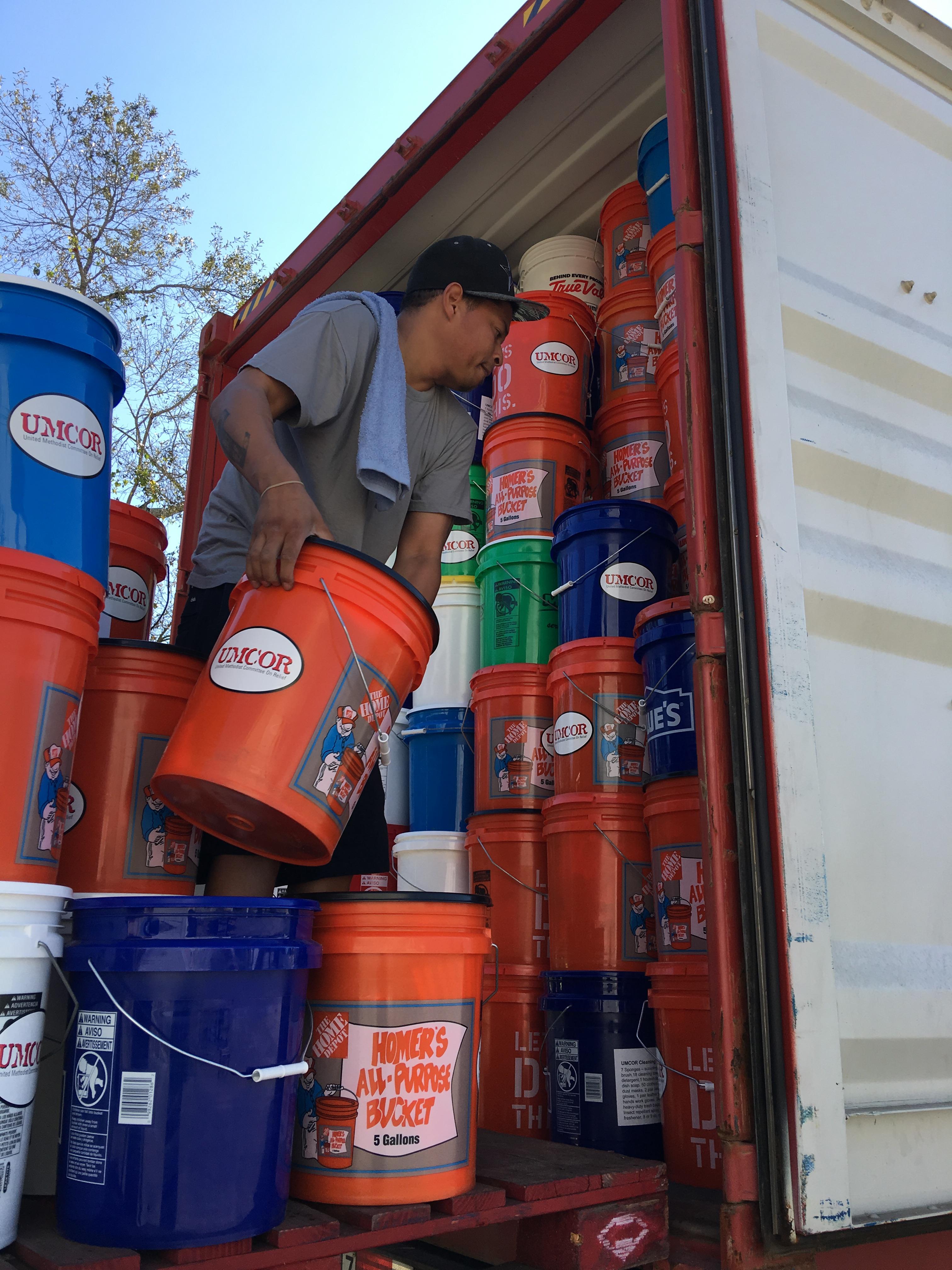 Kim Provost, Jr., personal de la bodega UMCOR Sager Brown carga una camioneta con equipos de limpieza dirigidos a Puerto Rico. FOTO: UMCOR SAGER BROWN DEPOT
