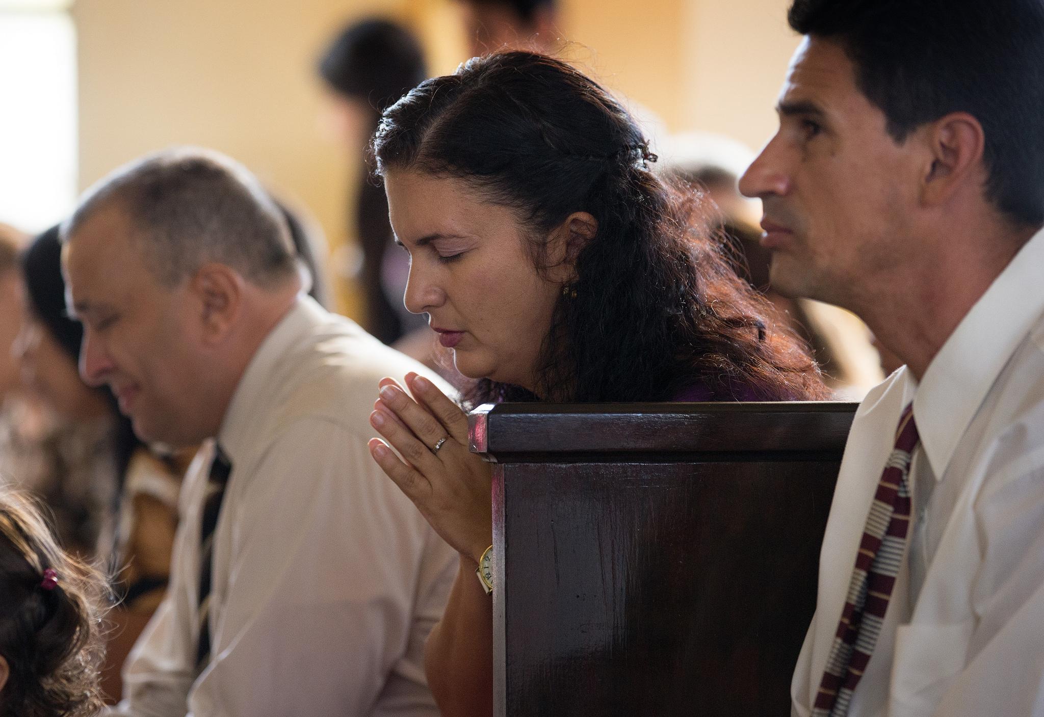 Congregantes de la Iglesia Metodista Marianao ora  durante el servicio dominical en La Habana, Cuba. Foto cortesia de Mike DuBose.