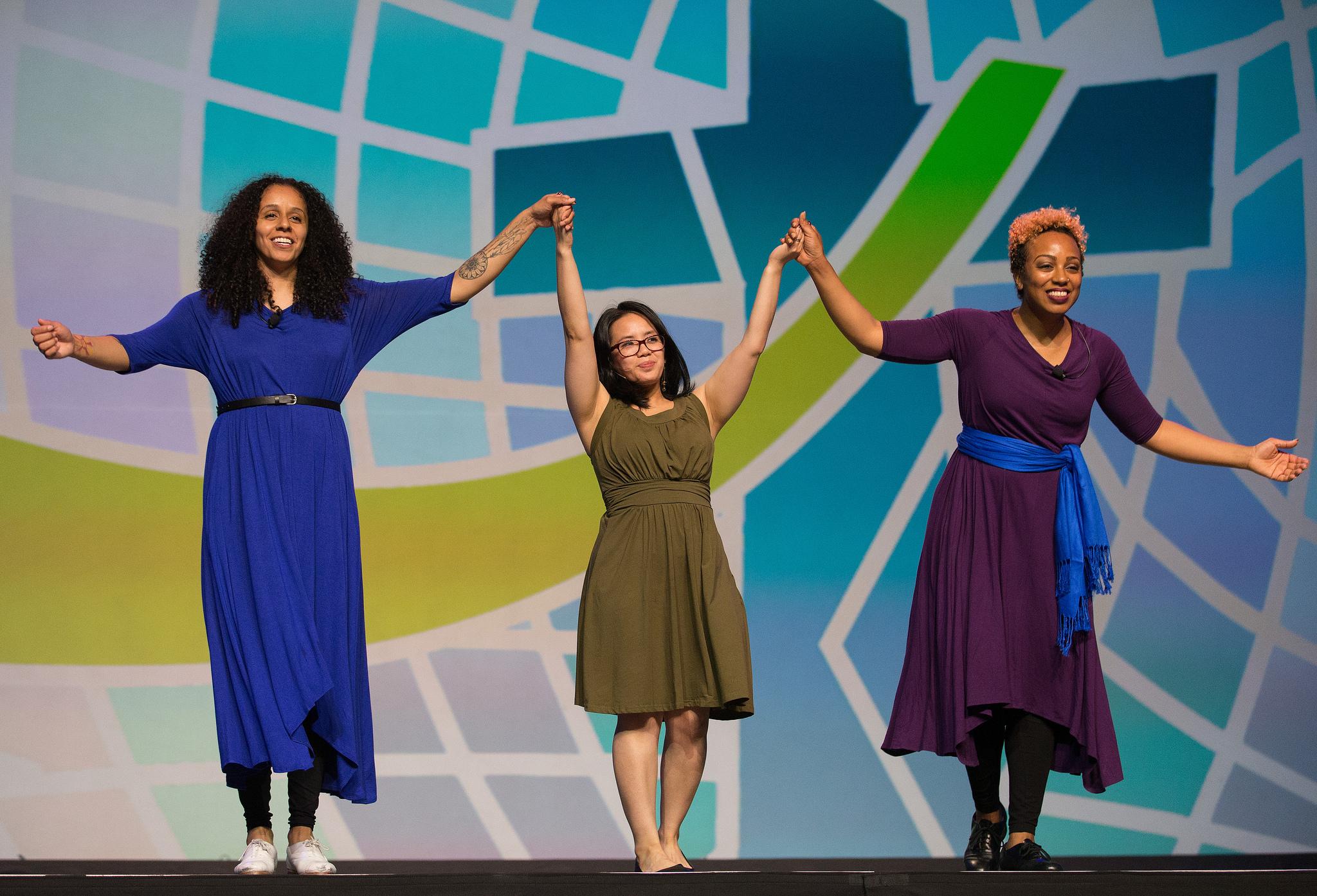 Danza litúrgica representando la historia de Elizabeth y María durante la Asamblea de Mujeres Metodistas Unidas en Columbus, Ohio. Foto cortesía de Mike DuBose.