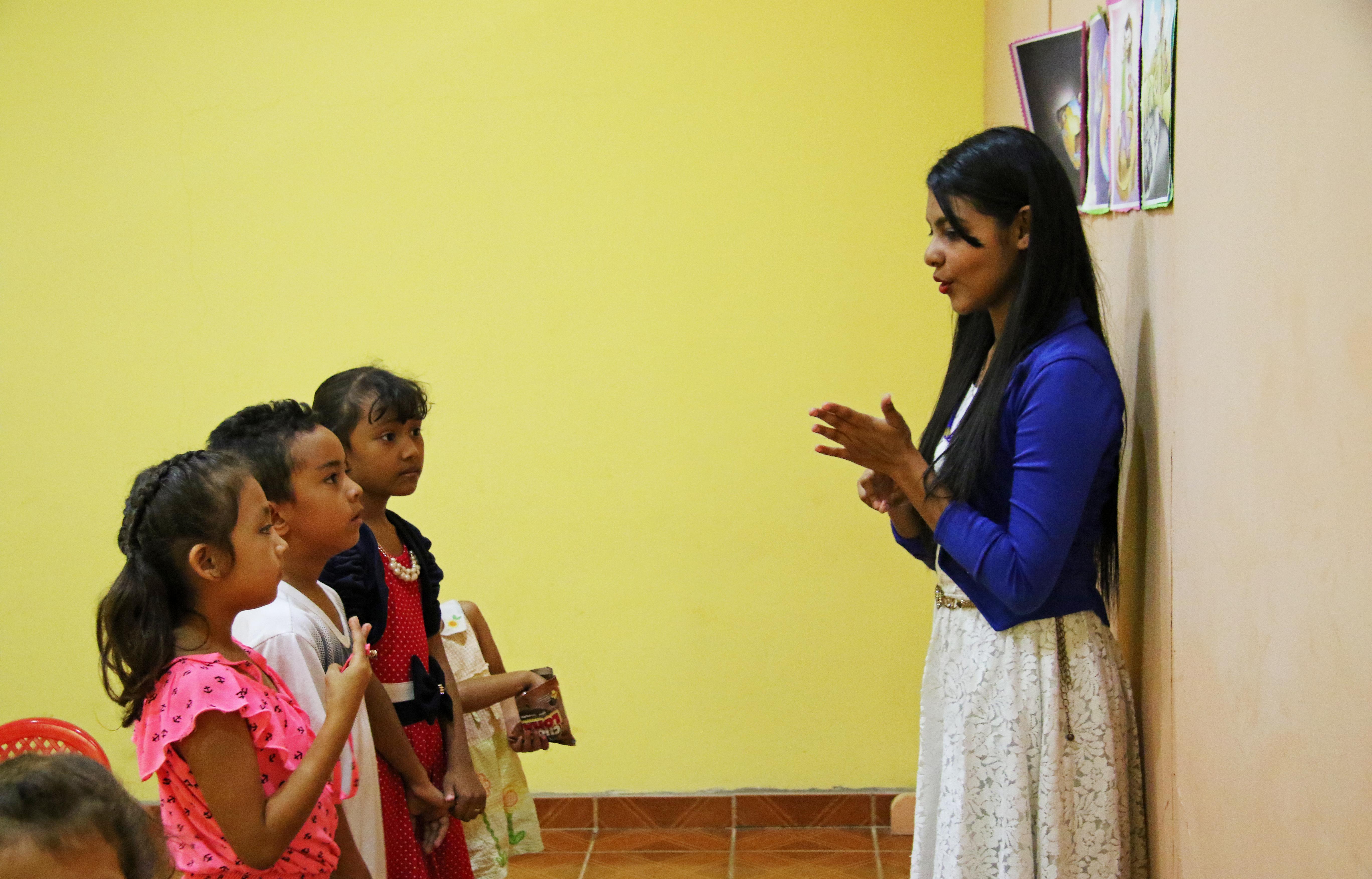Estudiantes y su maestra en una escuela Bib
