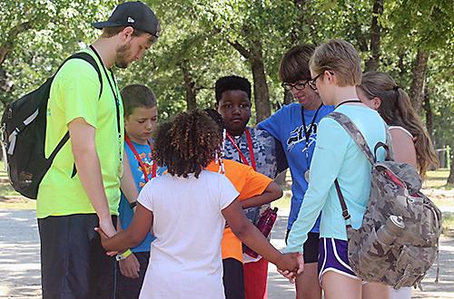 수감자 부모의 아이들을 대상으로 하는 뉴 데이 캠프 참가자들이 기도하고 있다. 오클라호마 연회가 뉴 데이 캠프를 후원한다.  오클라호마 연회의 사진 제공