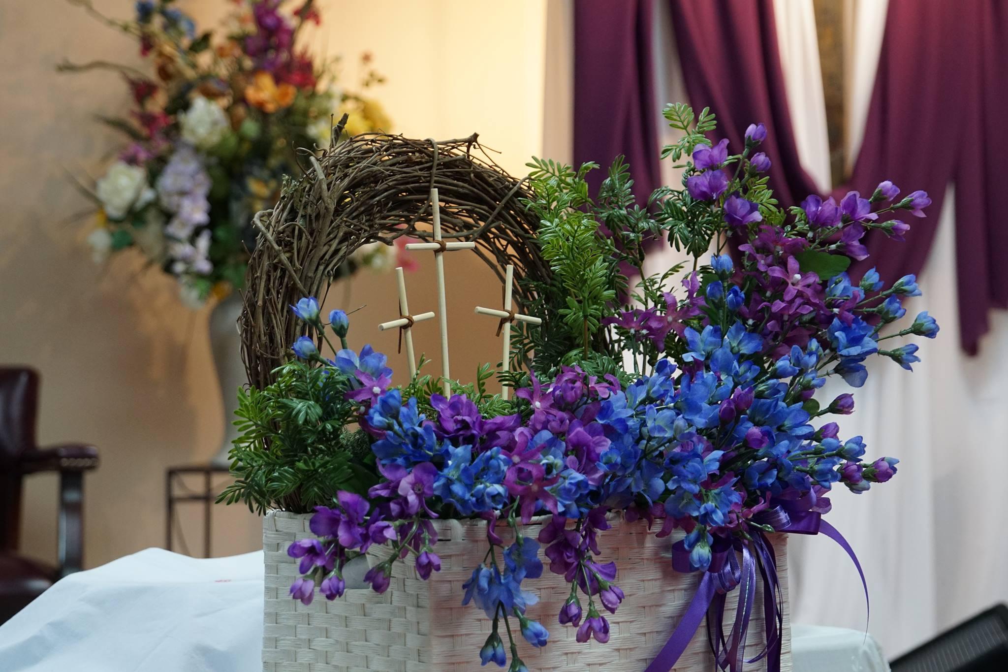 Arreglo de flores y cruces durante la cuaresma. Foto cortesía de Danny Mai.