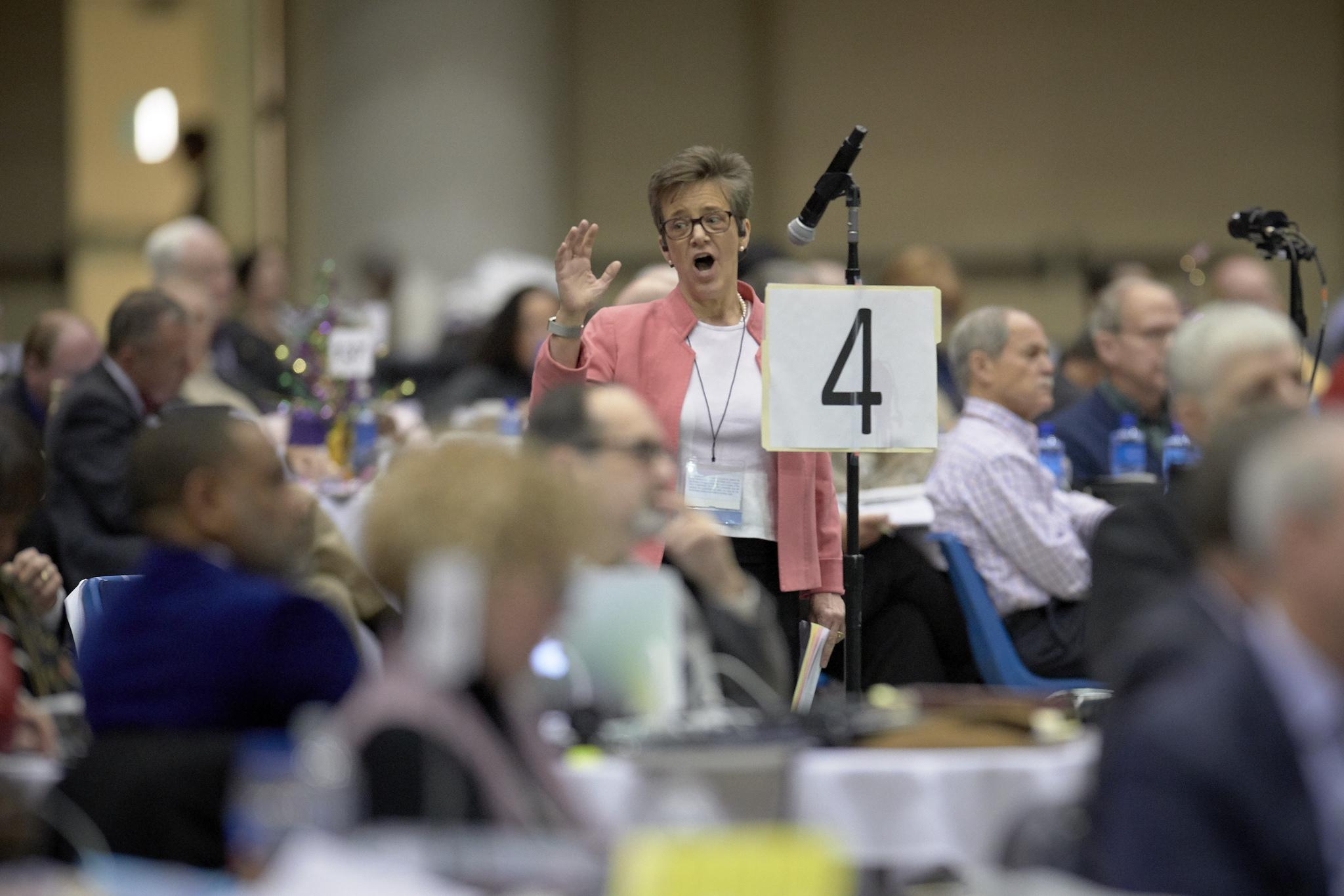 La révérende Rebekah Miles, déléguée de la Conférence de l'Arkansas, prend la parole lors de la Conférence Générale 2019 de l'Eglise Méthodiste Unie à Saint-Louis. Miles s'est prononcée en faveur du report de la question du Plan Traditionnel, qu'elle désapprouve. Photo de Paul Jeffrey, UMNS.