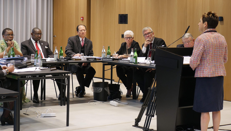 Miembros del Concilio Judicial durante su reunión de julio de 2018 en Zurich, Suiza, escuchan una presentación de la Obispa Cynthia Fierro Harvey. Foto cortesía de Diane Degnan)