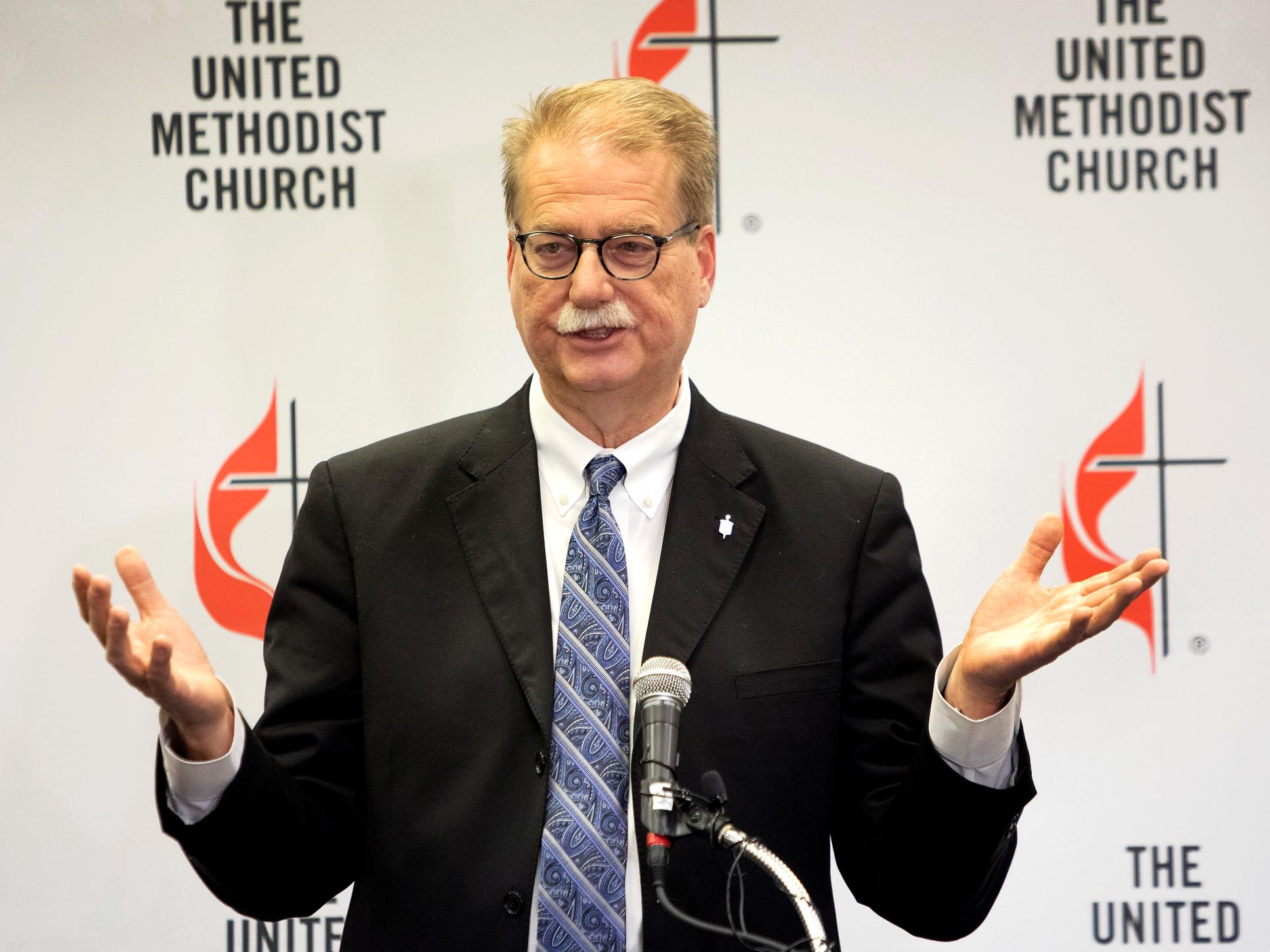 키네스 카터 감독은 2019 년 세인트 루이스에서 열린 연합감리교회 총회가 끝난 후 언론에 발표하고 있다. 케서린 베리, 연합감리교회 뉴스.