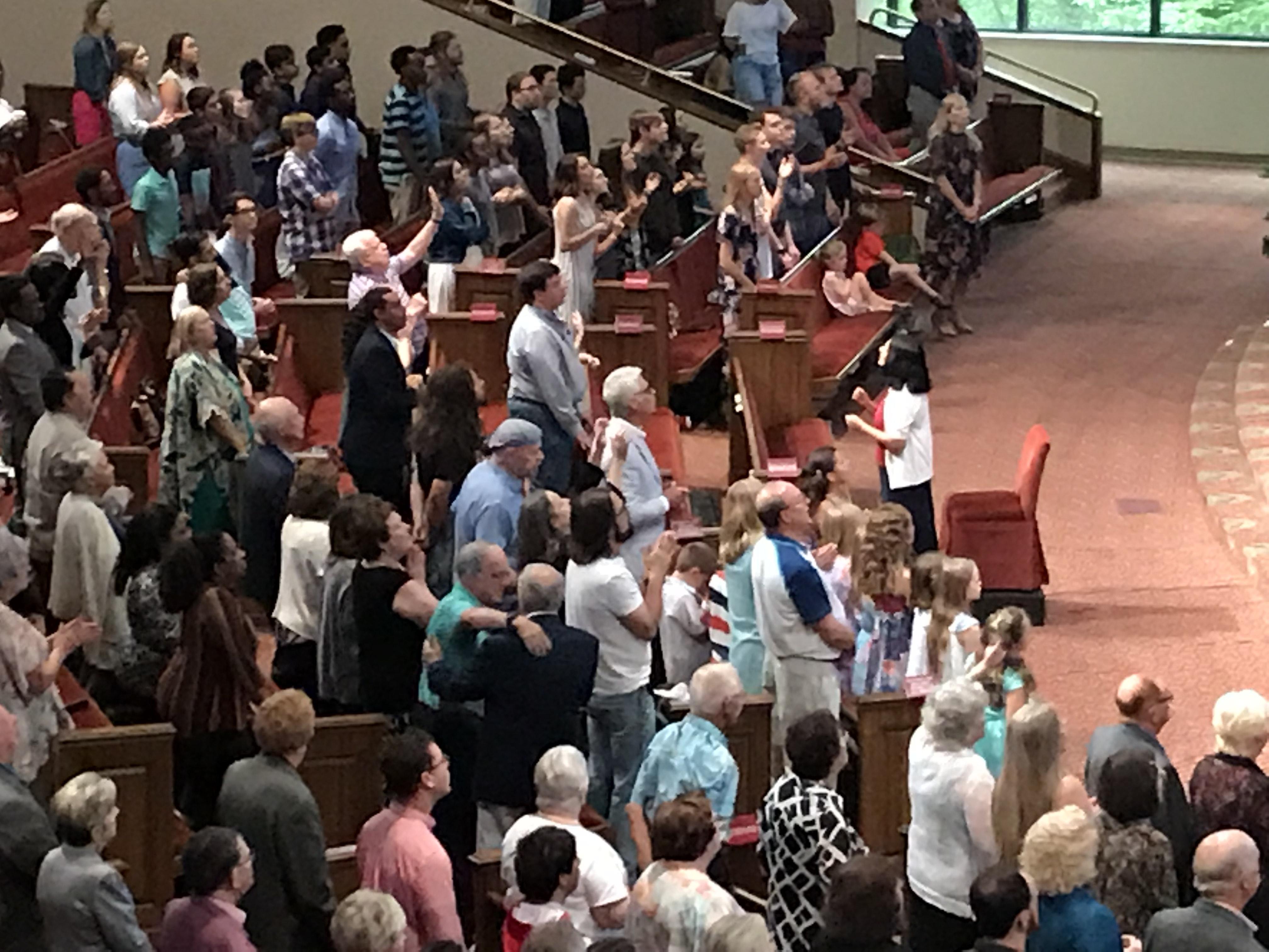 크라이스트 교회 예배 중 장애가 있는 사람들이 맨 앞자리에 함께 모여 수화로 찬양을 드리고 있다. 사진 오천의 목사, 연합감리교회 공보부