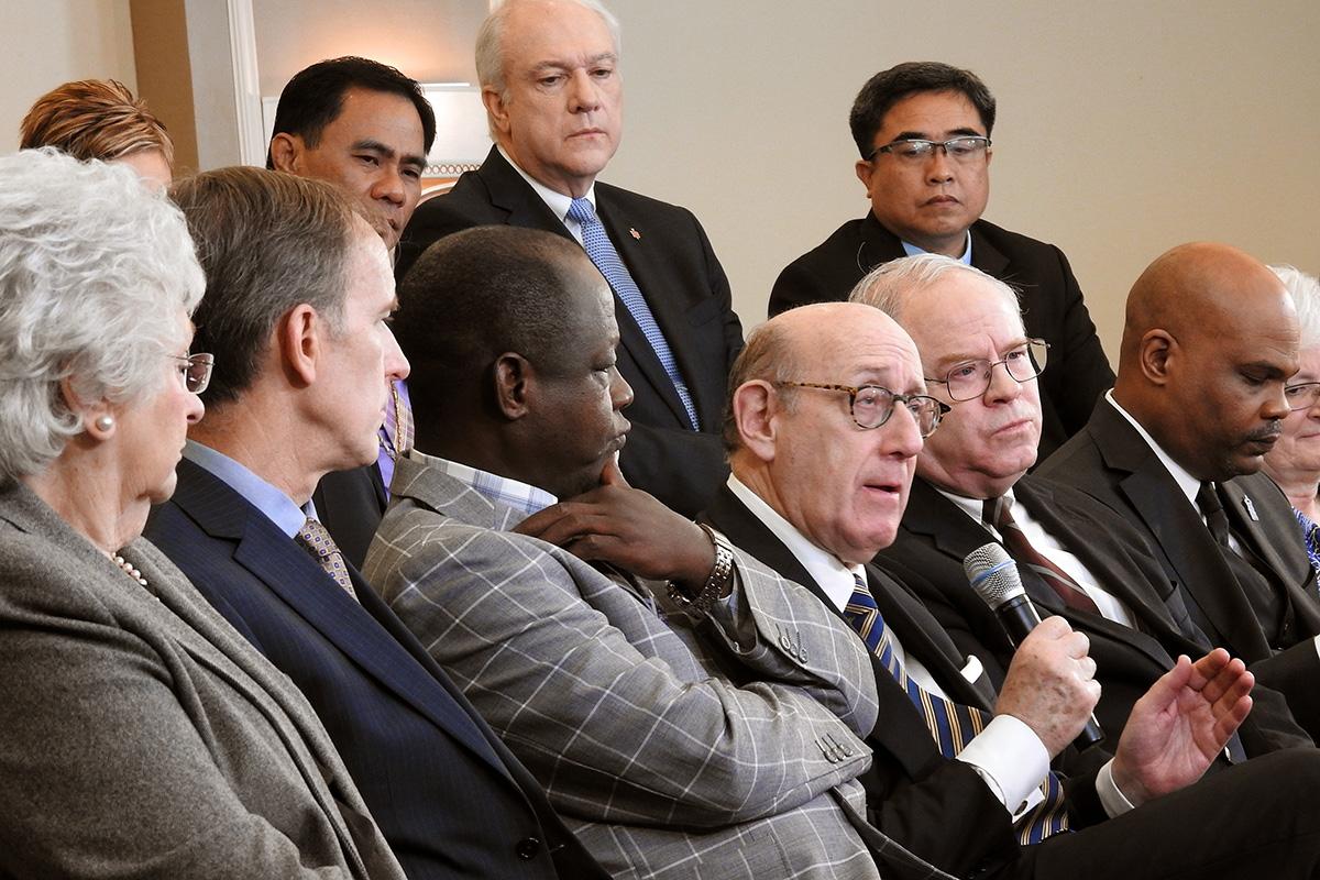 Kenneth Feinberg (tenant le microphone), intervient, au cours d'un débat en direct de Tampa (Floride), avec les membres de l'équipe qui a élaboré une nouvelle proposition qui maintiendrait l'Église Méthodiste Unie, mais qui permettrait aux congrégations traditionalistes de se séparer en une nouvelle dénomination. Feinberg a animé le travail de l'équipe qui a créé la proposition, appelée « Protocole de Réconciliation et de Grâce à travers la Séparation. » Photo de Sam Hodges, UM News.