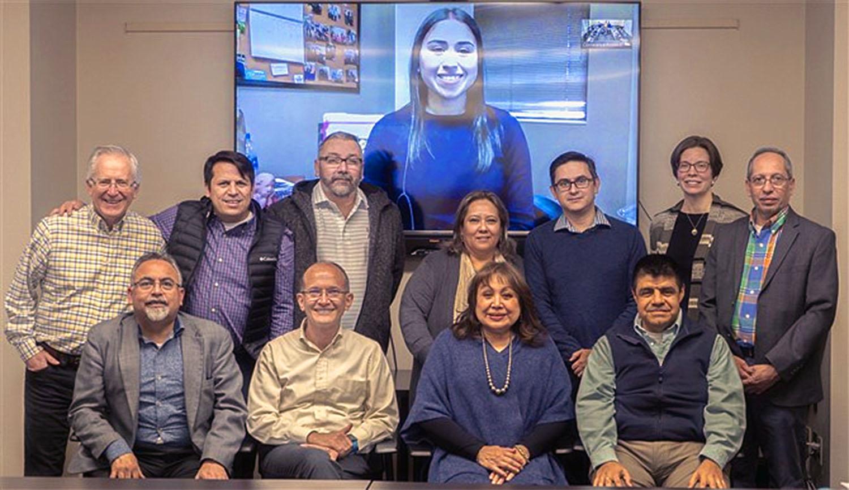 La Obispa Minerva Carcaño (centro), reunida con líderes de la Conferencia Anual California-Pacifico y del Consejo de Ministerios Hispano-Latinos de la Jurisdicción Oeste. Foto cortesía de la Conferencia Anual California-Pacifico.