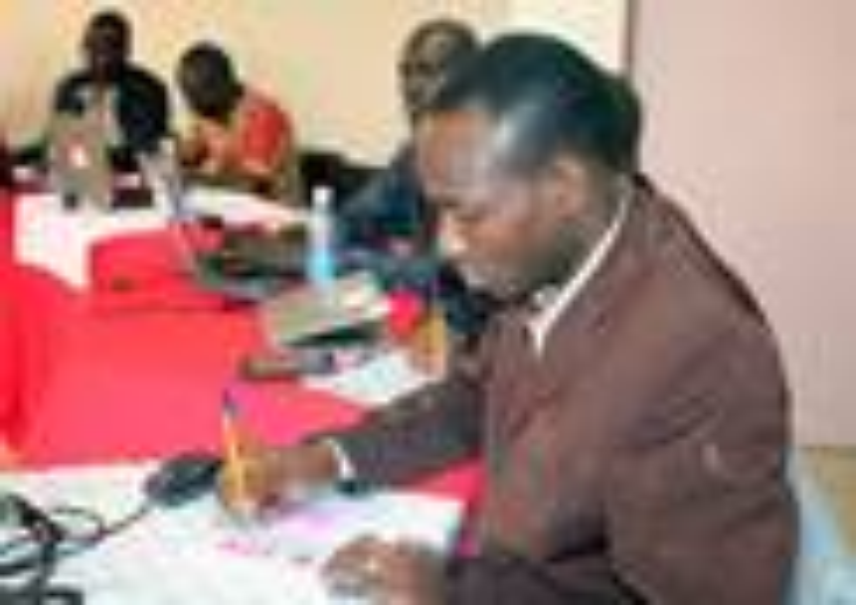 Le Révérend Danson Maganga de la Tanzanie prend des notes lors d'une semaine de formation à l'é-académie Méthodiste Unie à Nairobi, au Kenya. L'objectif du nouveau programme d'apprentissage en ligne est d'équiper les personnes à exercer un leadership ordonné et laïc dans les communautés rurales. Photo de Gad Maiga, UM News.