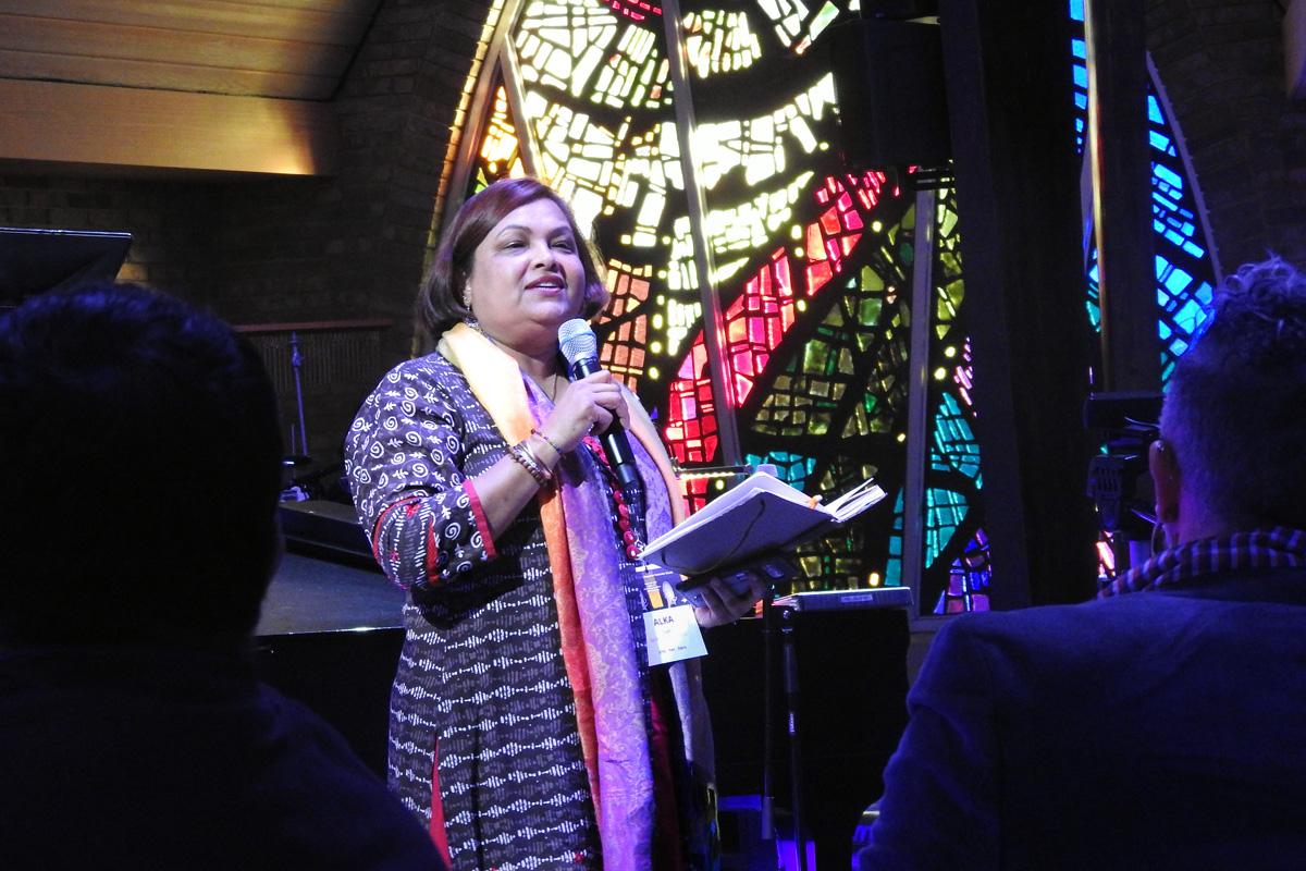 """La Rvda. Alka Lyall habla el 6 de marzo, durante la inauguración del evento """"Trailblazing the Liberation Methodist Church"""" (Sentando las Bases de una Iglesia Metodista Liberadora), celebrado en la IMU Preston Hollow de Dallas y organizado por el grupo UM-Forward, que promueve la inclusión plena de las personas LGBTQ en la iglesia. Foto de Sam Hodges, Noticias MU."""
