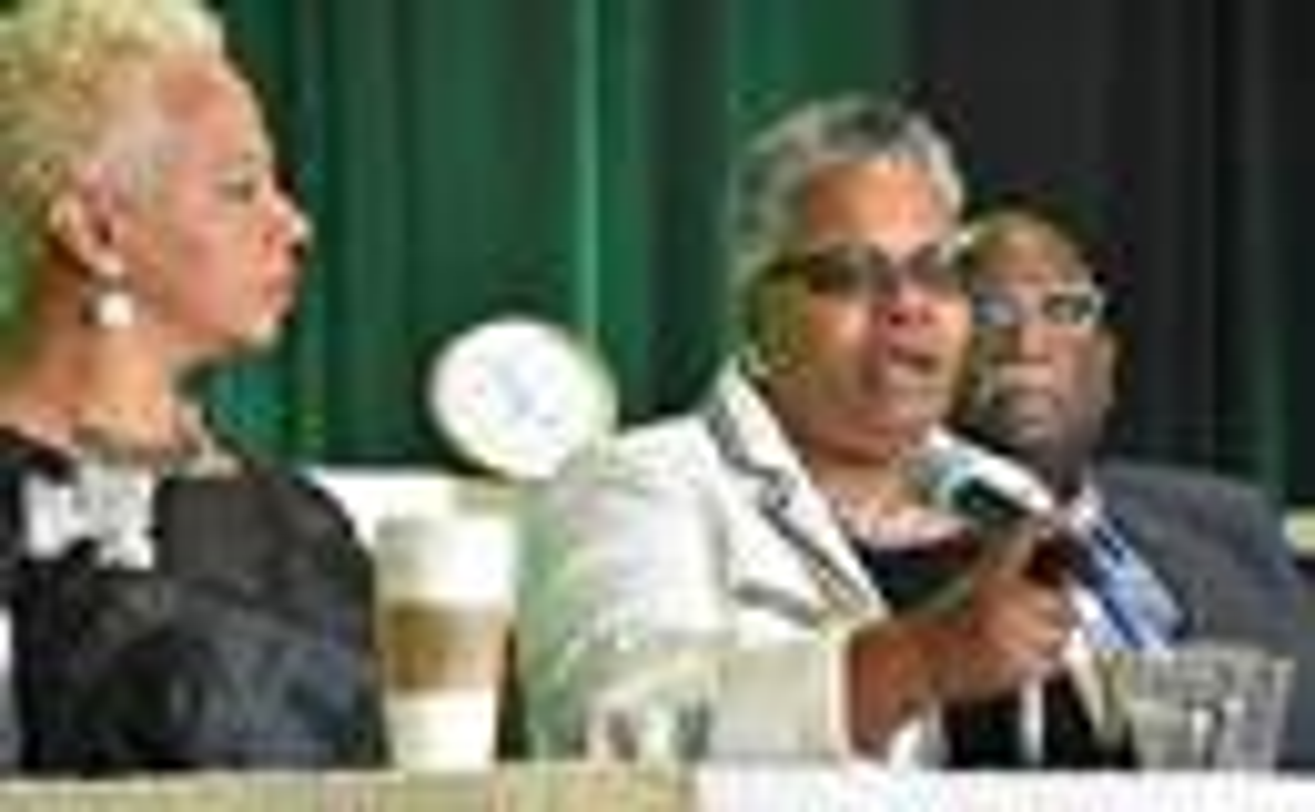 Los/as obispos/as metodistas unidos/as Tracy S. Malone (izquierda), LaTrelle Easterling (centro) y Gregory V. Palmer, participan en una mesa redonda para discutir los principales cambios estructurales propuestos a la Conferencia General y compartir las opiniones de los/as líderes metodistas unidos negros durante la reunión del Caucus afro-americano Metodistas Negros/as por la Renovación de la Iglesia, llevada a cabo en Kansas City, estado de Missouri. Foto de John W. Coleman.