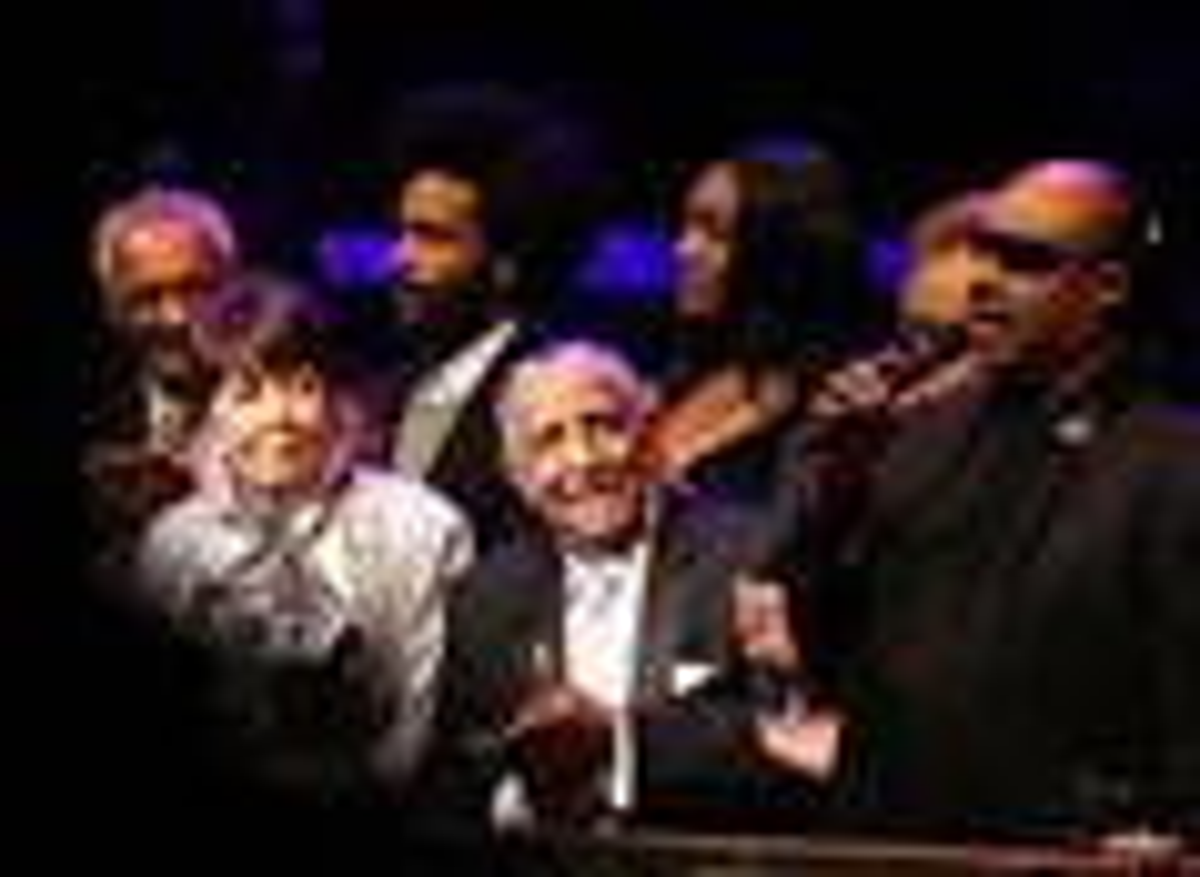 El Rev. Joseph E. Lowery (centro) celebra su 90 cumpleaños con una canción del artista Stevie Wonder (derecha) en el Atlanta Symphony Hall en octubre de 2011. Junto a Lowery está su esposa Evelyn, quien murió en 2013. Joseph Lowery murió el 27 de marzo a sus 98 años. Foto de archivo de Kathleen Barry, Noticias MU.