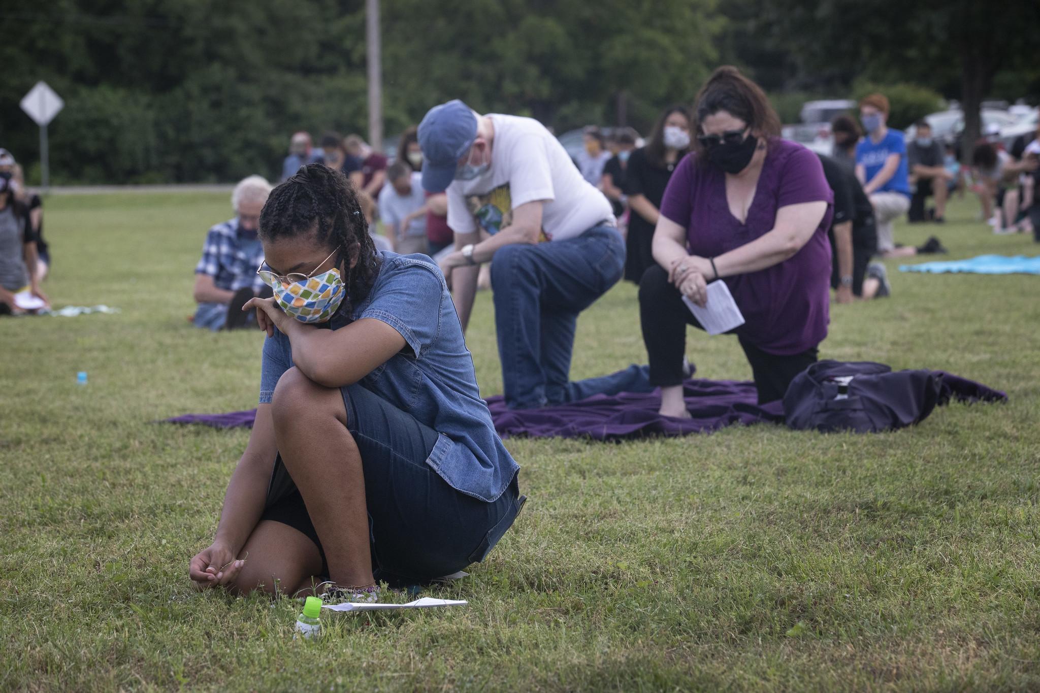 2020년 6월 5일, 테네시주 내쉬빌에 있는 벨미드연합감리교회에서 에큐메니컬 기도회 중에 조지 플로이드를 기념하기 위해 마야 커닝엄(16세)과 다른 사람이 8분 동안 침묵하면서 무릎을 꿇었다. 사진, 캐서린 베리, 연합감리교 뉴스.