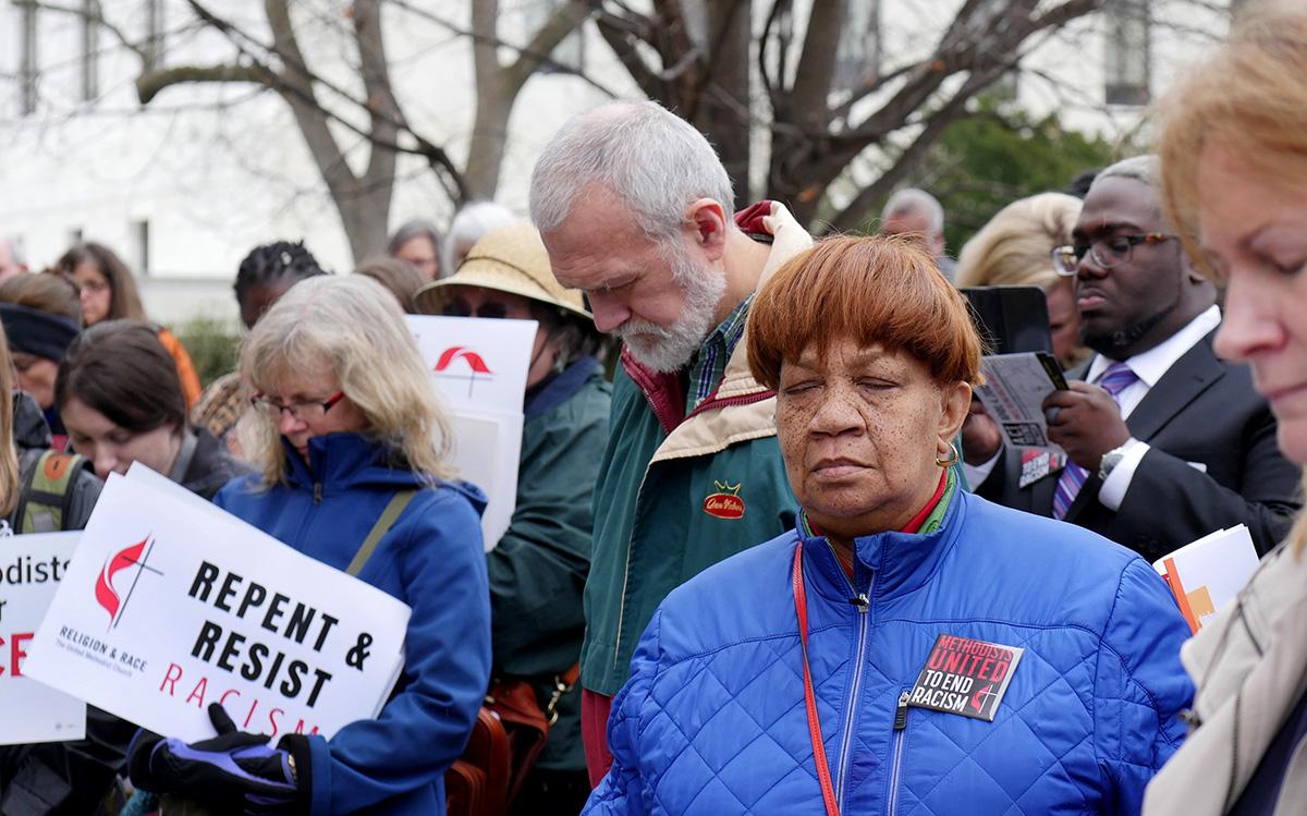연합감리교도들이 2018 년에 인종 차별을 없애기 위해 워싱턴에서 전국 시위 전에 기도하고 있다. 사진, 캐시 길버트, 연합감리교 뉴스.