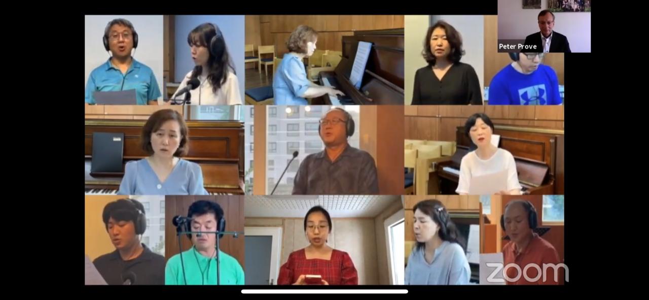 """세계교회공동평화선언문 발표 행사에서 한국기독교장로회 과천영광교회 성가대가 줌을 이용해, """"오소서, 평화의 왕"""" 찬양을 함께 부르고 있다. 유튜브 화면 캡처."""