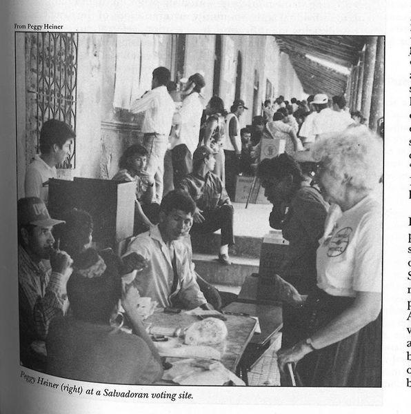 총회사회부 직원이 1994년 엘살바도르 선거를 관찰하고 있다.