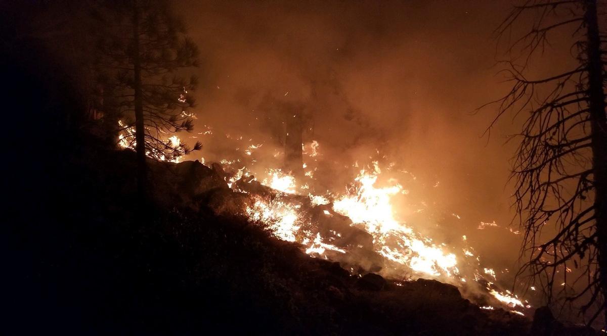 Los incendios forestales arden durante una noche a mediados de agosto cerca de Susanville, California. Estos incendios han destruido más de 30.000 hectáreas de tierra alrededor de Susanville. Foto de Doug Magill, Ejército de los Estados Unidos.