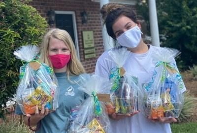 조지아 남부 대학에서 코로나바이러스-19 확진을 받은 학생들에게 생필품 바구니를 제공하는 자원 봉사자들. 카라 위더로우 사진 제공.