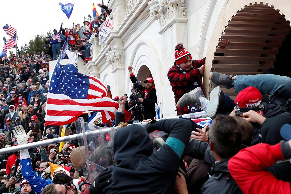 El 6 de enero partidarios/as del presidente Donald Trump irrumpen en el Capitolio de los Estados Unidos en Washington, después de enfrentarse con la policía al protestar la certificación, por parte del Congreso, de los resultados de las elecciones presidenciales de los Estados Unidos de 2020. Foto de Shannon Stapleton, REUTERS.