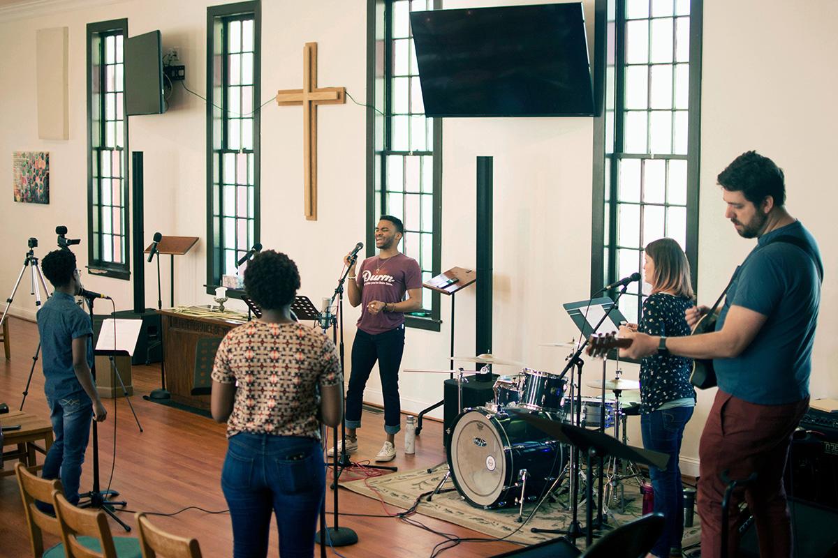 Miembros del equipo de adoración de la Iglesia Metodista Unida (IMU) CityWell en Durham, Carolina del Norte, se preparan para grabar un servicio de adoración en línea en 2020. Un nuevo estudio de las iglesias metodistas unidas encuentra que las congregaciones racialmente diversas tienen más probabilidades de crecer con el tiempo. Foto de archivo cortesía de la IMU CityWell.