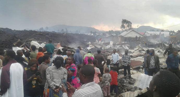 Des habitants du quartier de Buhene à Goma, en RDC, évaluent les dégâts causés à leurs maisons après l'éruption du volcan du Mont Nyiragongo, qui a fait au moins 15 morts. Photo de Philippe Kituka Lolonga, UM News.