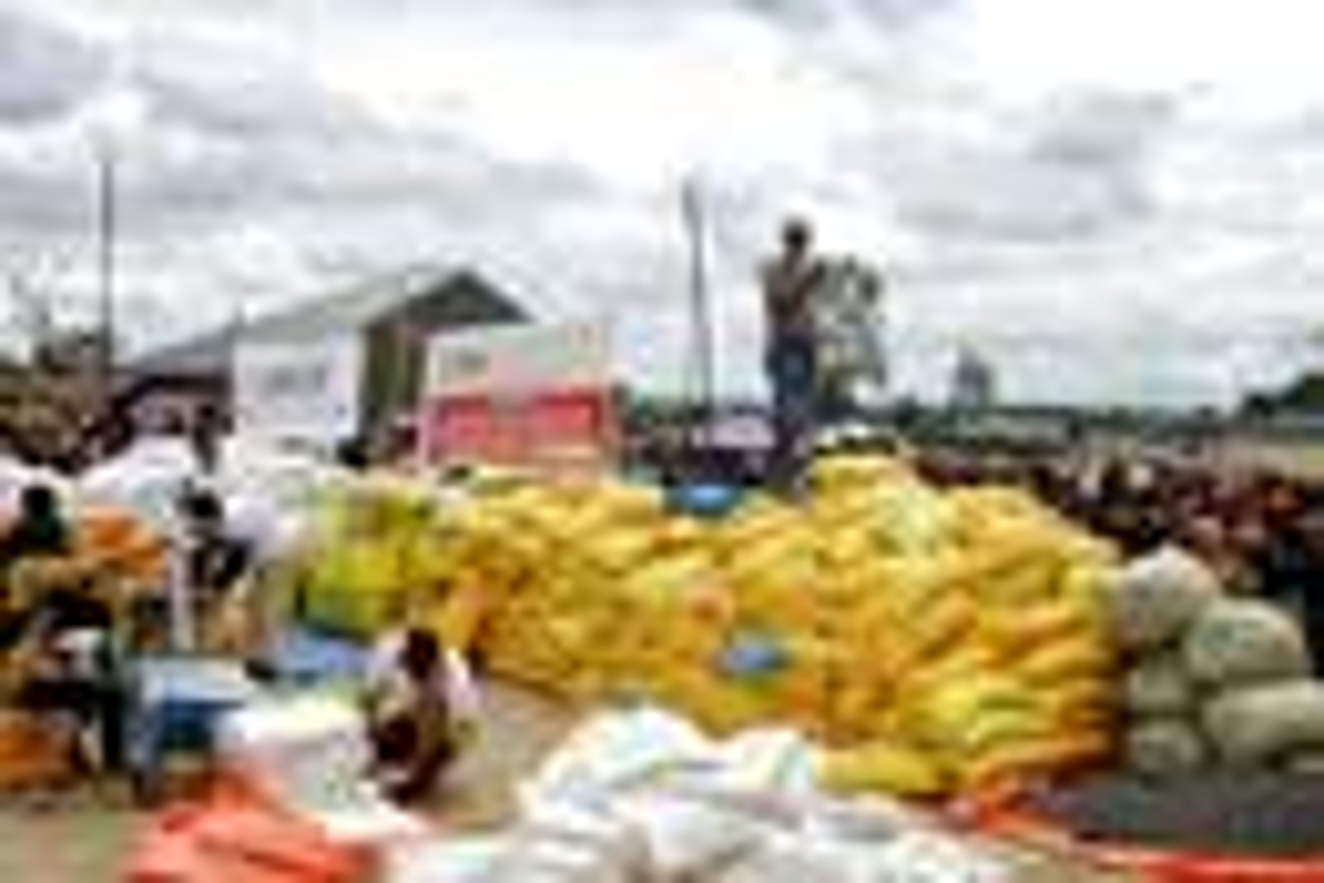 Jean Tshomba, coordinateur du bureau de gestion des catastrophes d'UMCOR au Congo-Est, explique aux personnes déplacées d'où vient l'aide et comment elle est distribuée au stade Kalinda dans la commune de Mulekera à Beni, RDC. UMCOR a fourni près de 100 000 USD pour la nourriture et d'autres secours. Photo de Philippe Kituka Lolonga, UM News.