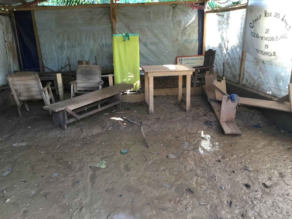 Quelques bancs et effets en cascade dans l'église locale Bethesda après la baisse du niveau des eaux. Des inondations après le débordement des eaux du fleuve Oubangui ont submergé des maisons en août à Bangui, la capitale de la République Centrafricaine. Photo de Chancelvie Petula, UM News.