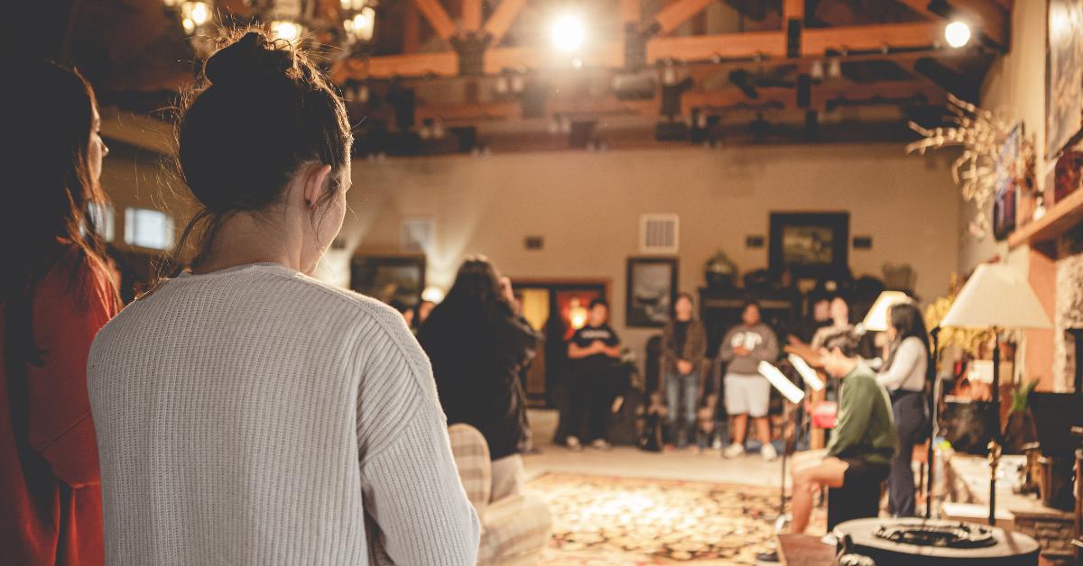 점점 더 많은 교회가 소그룹 모임과 주일학교를 하이브리드 모임으로 전환하고 있다. 좋은 계획을 세운다면, 이러한 모임에서 대면으로 참석자는 물론 온라인 참석자에게도 훌륭한 경험이 될 수 있다. 사진: 테런스 허스트, 언스플레쉬.
