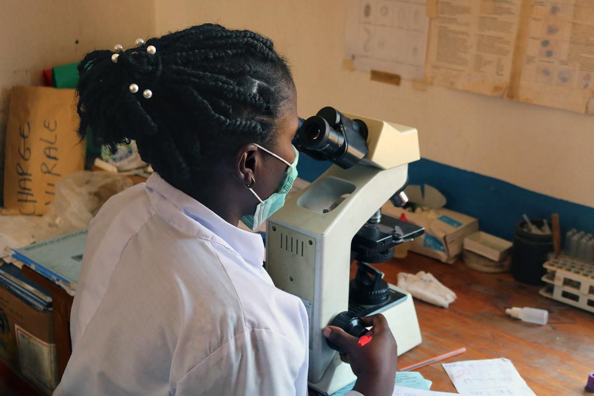 À l'Hôpital Méthodiste Uni d'Uyira, un participant à la formation fait des simulations avec un microscope. Photo de Philippe Kituka Lolonga, UM News.
